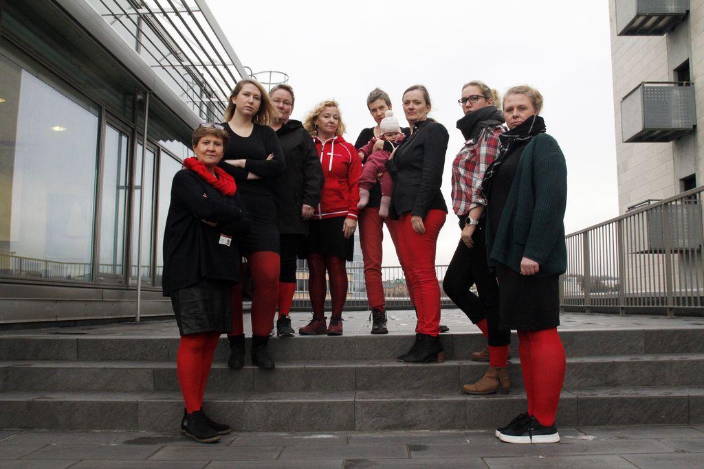 Fagforbundets kvinner med røde strømper for abortloven: – Jeg kjenner at jeg blir sint