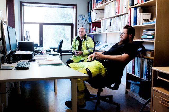 TØFFE DAGER: Verneombud Kåre Johansen (bakerst) i kontrollrommet på Kleppe Vannrenseanlegg på Askøy. Foran sitter driftsopertør og konstituert  arbeidsleder Espen Holmedal.