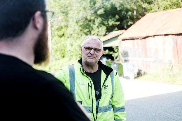 TØFFE DAGER: De har kommet i mål mens det har stormet fra media og folk. Verneombud Kåre Johansen i samtale med driftsoperatør Espen Holmedal.