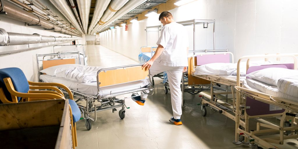 No er portørane på veg inn i sjukeheimane